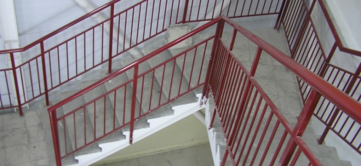 Фото Металлические ограждения на лестничных сходах